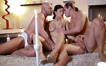 Sweet Billie Star and gets fucked roughly by two guys at once
